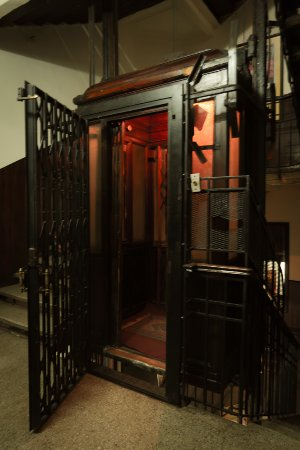 Windsor Hotel Cairo: Old style elevator