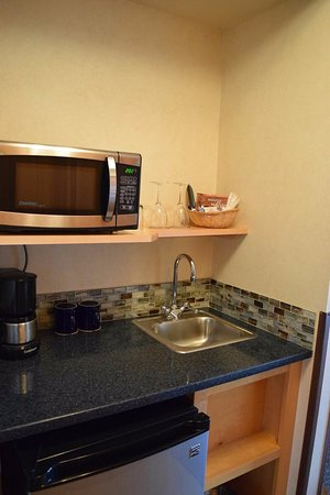 Inn At Cape Kiwanda: The Small but really nice Kitchen/bar area.