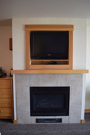 Pacific City, Oregón: Fireplace and TV.