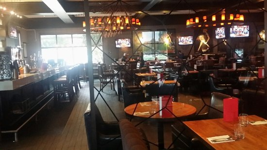 Port Coquitlam, Canadá: Looking across from dining area to lounge & bar