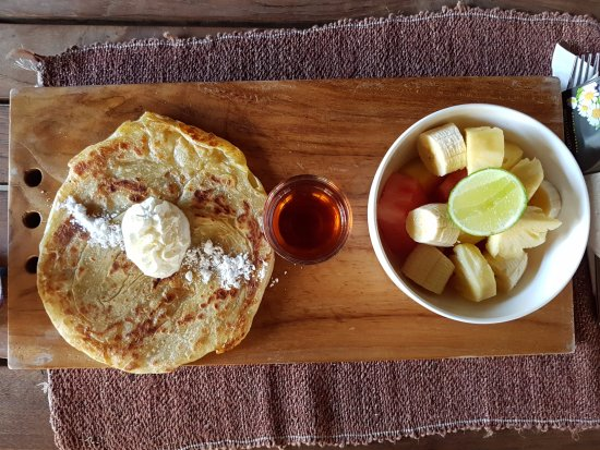 Pemenang, Indonesia: Middle-eastern bread/ pancake with honey, watermelon and bananas. Divine.