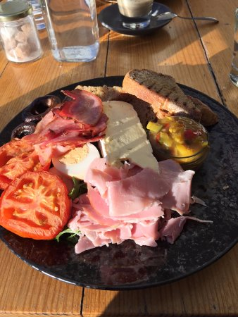Cambridge, Αυστραλία: The farmer's plate. Just fantastic - and the most generous hunk of cheese i've been served.