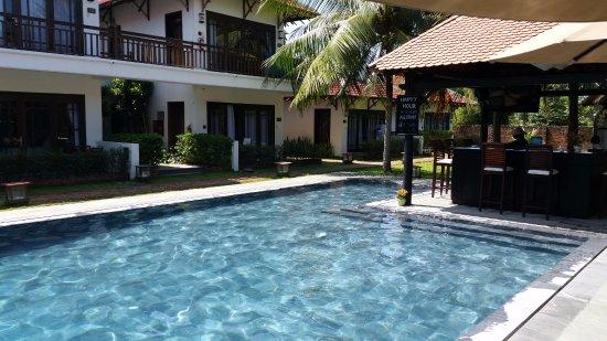 Hoi An Riverside Bamboo Resort: pool and pool side bar