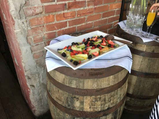 Winooski, VT: Fresh fruit and mimosa bar