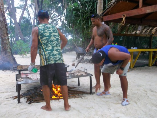 Muri, Islas Cook: the boys making lunch