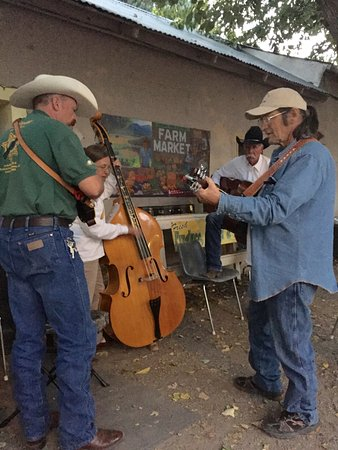 Hillsboro, Nuevo Mexico: pickers play on friday night