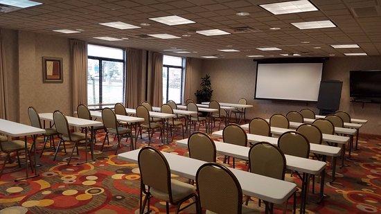 Streetsboro, Огайо: Emerald Room - classroom set up.