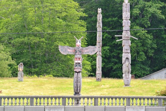 Port McNeill, Canada: Historic village of Alert Bay on Cormorant Island - totems in the Namgis First Nation cemetary