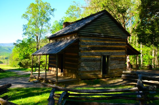 Dancing Bear Lodge: One of the cabins of nearby Cade's Cove