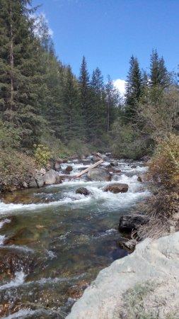 Aktash, รัสเซีย: Река, протекает через ущелье