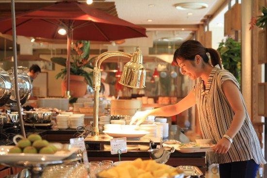 オールデイダイニング「アクアリス」ランチとディナーには、ホテルパティシエ特製のスイーツも並びます。(hotel original sweets, in lunch and dinner buf