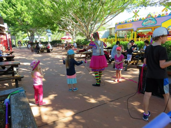 Caloundra, Australia: Some of the street entertainment for the kids of all ages.