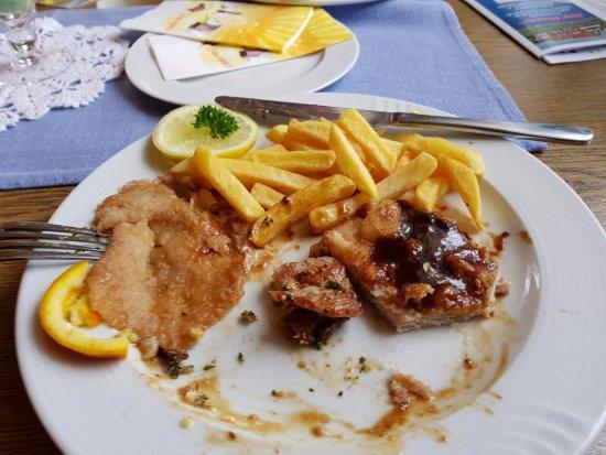 Dornum, Alemania: Schnitzel, links Panade, rechts Fleisch mit Soße. Preis so 14 Euro.