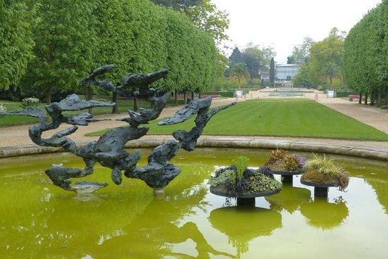 jardin des plantes sculpture in fish lake - Jardin Des Plantes Rouen