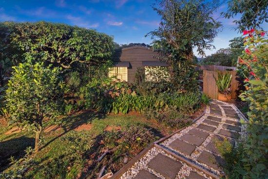 Mapleton, Australie : The pathway to the garden cottage