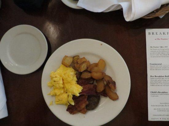 Harrodsburg, KY: Scrambled eggs, bacon, sausge, fried potatoes and apples.