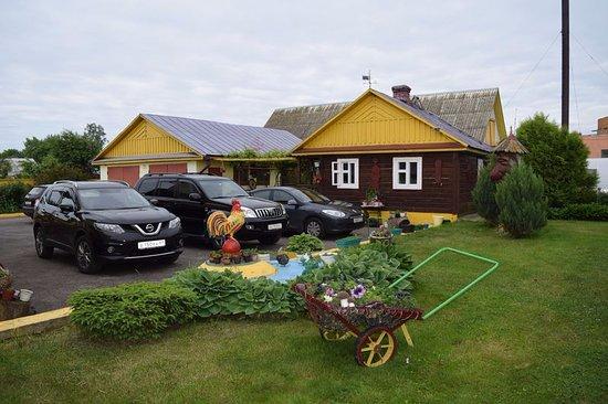 Zazer'ye, Białoruś: парковка во дворе усадьбы