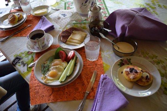Zazer'ye, Weißrussland: Завтрак в усадьбе Зазерье...Все продукты собственного производства!!!Вкусно!!!
