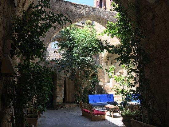 Fauzi Azar Inn by Abraham Hostels: Courtyard