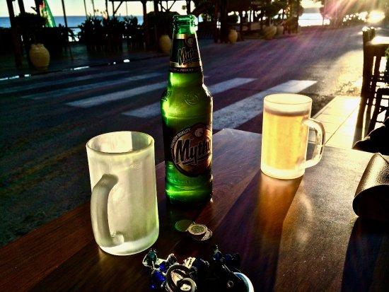Vatera, Grecia: Cold beer!