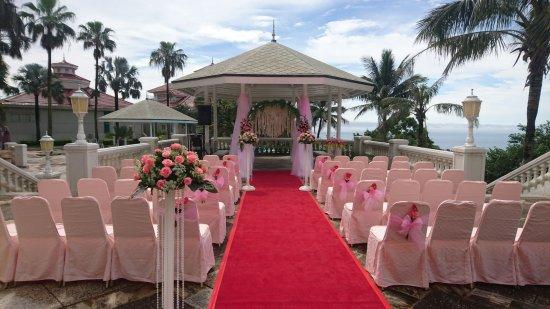 Hualien FarGlory Hotel: 水悅池畔的水悅亭,總是扮演證婚的角色,陪伴無數對的新人,見證無數場次的婚宴