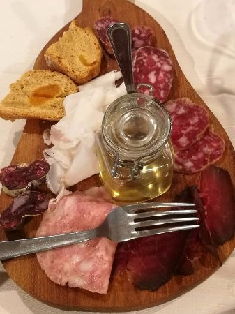 Montjovet, Italy: antipasto di salumi tipici (incluso il prelibato lardo d'Arnad) con miele