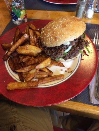 Decazeville, فرنسا: burger spécial avec frite maison.