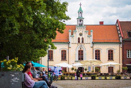 Skovde, Suécia: Hertig Johans torg med Rådhuset.