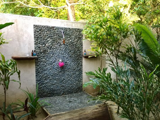Lope Lope Lodge: Out door shower