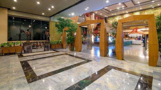 Alexander Hotel Bangkok : Front Door