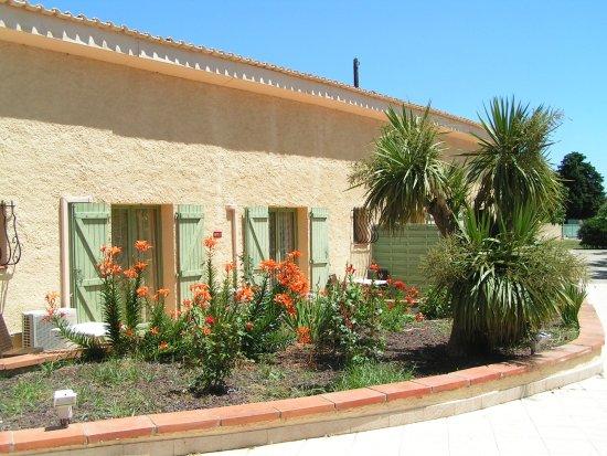 Ortaffa, Francia: Terrasse devant les chambres