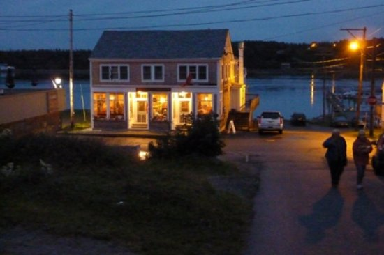 Water Street Tavern & Inn: Night on the water with Campobelloin the back yard.