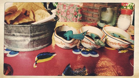 El Arrayán: salsas y totopos de la casa.