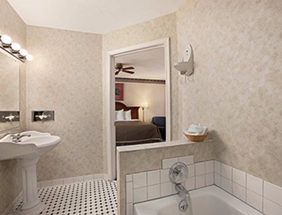 Inn at Cemetery Hill: Super King Suite Bathroom