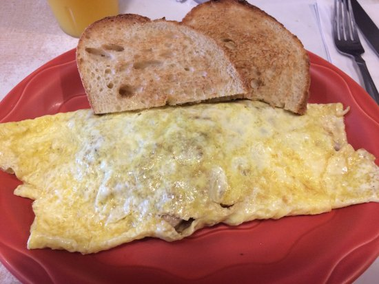 Cazenovia, NY: Mushroom, cheese, and bacon omelet with italian toast.