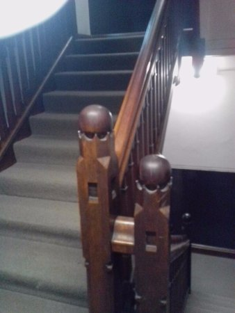 ibis Styles Kingsgate Hotel: Quaint carvings on the hotel stairs