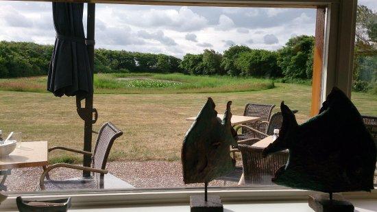 Strandhotel de Horn: Blick vom Frühstücksraum über die Terrasse in den Garten