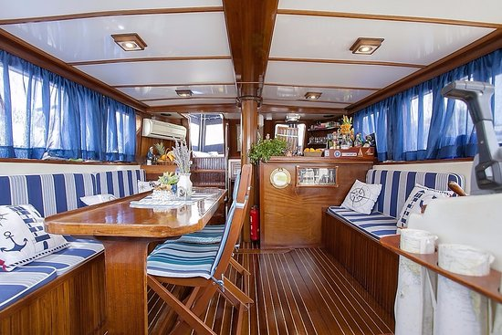 Vela Luka, Croatia: Elegant and comfortable saloon with minibar