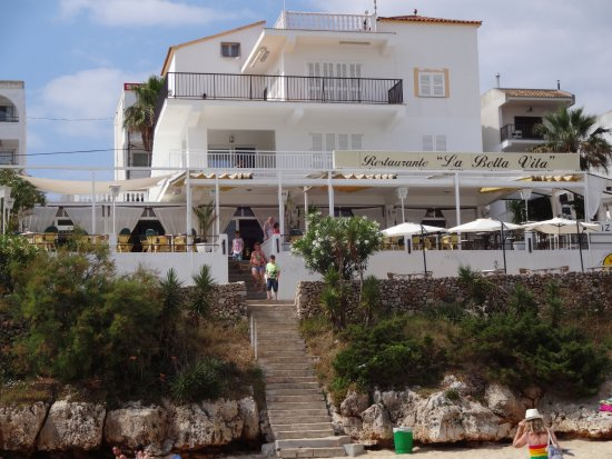 Cala Marcal, Hiszpania: Restaurant - from the bottom of the beach stairs