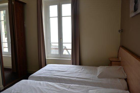 Hotel-Restaurant Bellevue : Fenêtre étroite donnant sur l'océan.