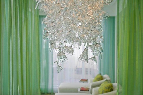 Manalapan, FL: Champagne chandelier at Eau Spa