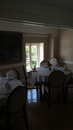 2º Comedor superior con solo dos mesas redondas - Picture of ...