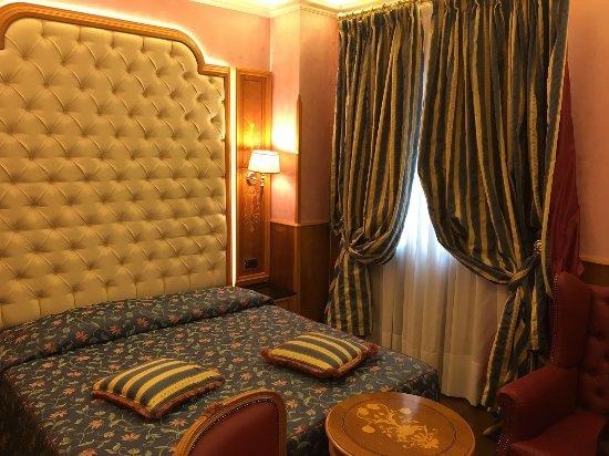 Hotel Vittoria: La mia camera. Piccola ma c'era tutto (anche troppo!)