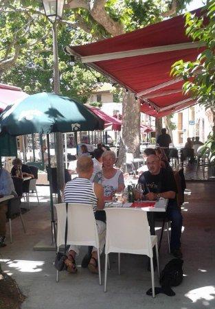 Prades, France: repas en terrasse fort agréable