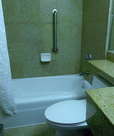 Days Inn by Wyndham Jamaica / Jfk Airport: Yeah! A tub we can soak in!