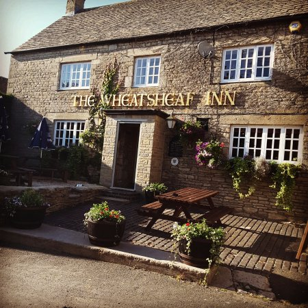 Oaksey, UK: Front of the pub