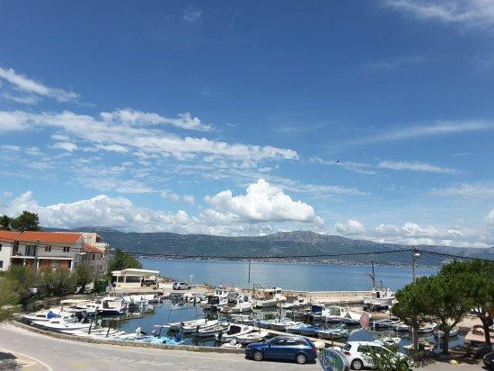 Slatine, Croazia: Blick auf den Hafen