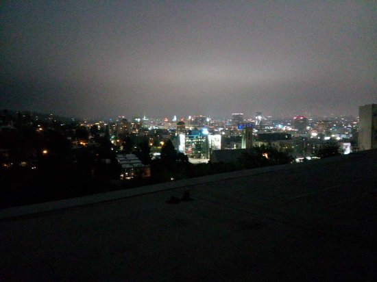 Hollywood Hills Hotel: Nightime view from our balcony in room 504