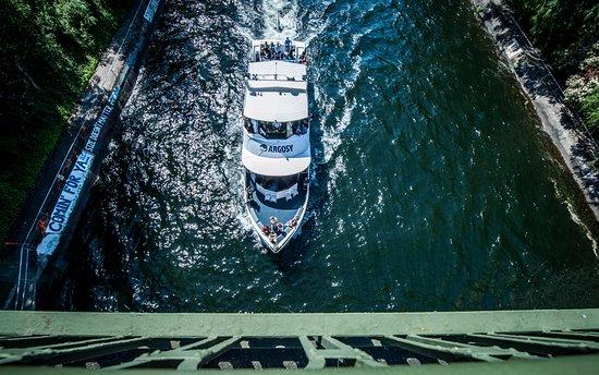 Argosy Cruises - Lake Union : Argosy Cruises sailing through the Montlake Cut