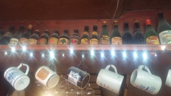 't Brugs Beertje: Old and very dusty beer bottles and pints.